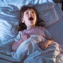 Das Mädchen plagen Probleme beim Einschlafen