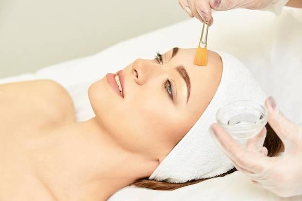 Auch eine Retinol-Behandlung bei der Kosmetikerin kann sehr wirkungsvoll sein.