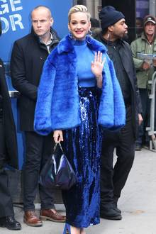 Verrückte Outfit-Show in New York: Sängerin Katy Perry zeigt sich in einem komplett blauen Look. Zu einer funkelnden Paillettenhose kombiniert sie einen Rollkragenpullover und eine kuschelige Kurzjacke. Kurz nach ihrer Verlobung mit Orlando Bloom schauen nicht nur alle auf Katys Finger, sondern auch auf ihren Bauch ...