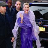 Katy zeigt sich an diesem Tag in einem weiteren, ausgefallenen Look auf den Straßen New Yorks - in diesem Fall setzt sie auf Violett. Dabei rückt vor allem ihr Lederrock in Midi-Länge in den Fokus.