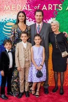 """27. Februar 2019  Matthew McConaughey bekommt bei den """"Texas Medal of Arts Awards"""" einen Preis verliehen und bringt seine ganze Familie mit zu dem Event. Im linken Arm hält er seine Mutter Kay, im rechten Ehefrau Camila Alves. Die KinderLivingston, 6,Levi, 10 und Vida, 9, scheinen das Bad im Rampenlicht zu genießen."""