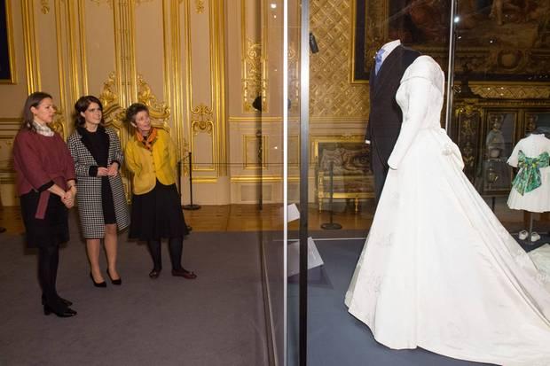 Stolz begutachtet Prinzessin Eugenie zusammen mit der Kuratorin und der Ausstellungsleiterin ihr Brautkleid auf Schloss Windsor.