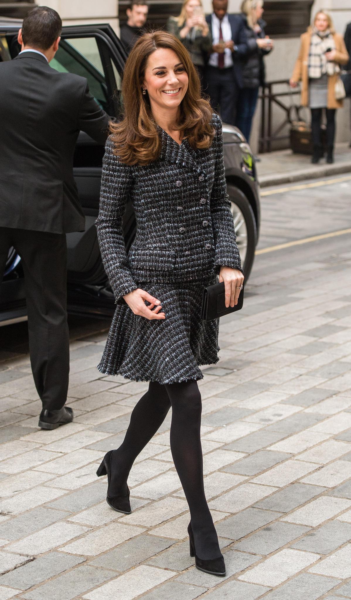 In einem grau-schwarzen Ensemble von Dolce&Gabbana setzt Herzogin Catherine ihre schlanken Beine in Szene.