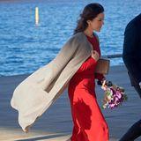 Einzig der Wind ärgert sie etwas. Er weht den beigen Mantel des Labels Joseph, den sie über einem knallroten Kleid trägt, hoch und wirbelt auch ihr leicht gelocktes Haar ordentlich durch.