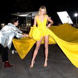 """Für dieses Kleid braucht es viele Helferlein: Für die """"Off-White""""-Show im Rahmen der Paris Fashion Week, wird Model Karlie Kloss backstage für ihren Walk auf dem Laufsteg vorbereitet."""