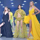 Auf dem Runway posieren Karlie Kloss, Bella und Gigi Hadid (v.r.n.l.) mit Off-White-Designer Virgil Abloh.