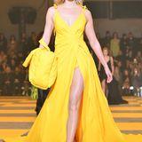 Karlie Kloss stolziert in strahlendem Gelb über den Laufsteg von Offwhite.