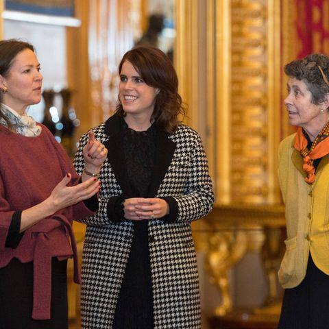 Prinzessin Eugenie mit verschränkten Armen – möchte sie etwas verstecken?