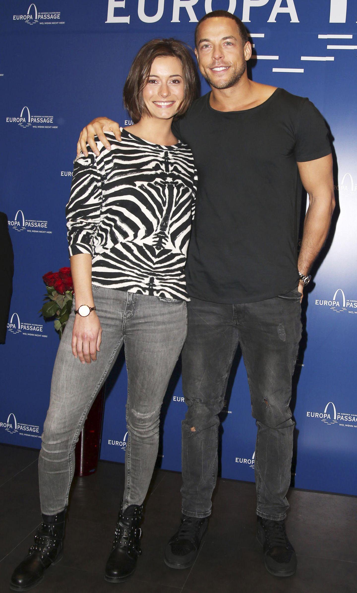 Bei ihrem ersten offiziellen Auftritt als Paar zeigen sich Jennifer Lange und Bachelor Andrej Mangold super verliebt und im Partnerlook! Beide mögen es offenbar lässig. Sowohl Jenny, als auch Andrej tragen eine graue Jeans - sie eine hellere Variante, er eine dunklere. Wenn das mal kein Zeichen ist! Und wir haben da noch so eine Theorie, warum dieses Bachelor-Pärchen ganz lange zusammen bleibt ...