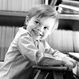 2. März 2019  Prinz Oscar freut sich über seinen 3. Geburtstag, zu dem es dieses süße Foto von ihm für die Öffentlichkeit gibt. Wie bereits seine Mutter Victoria als auch seine Schwester Estelle kam er damals in Solna - nicht weit von Stockholm -zur Welt.