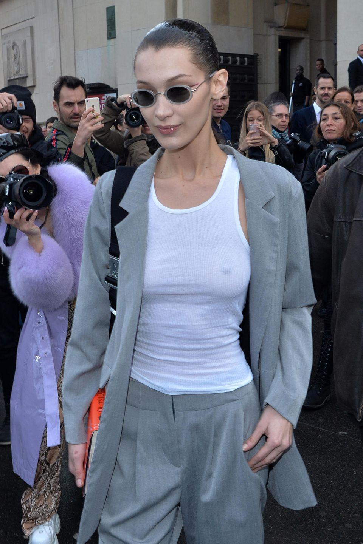 Als Model beider Fashion Week kann es schon mal ganz schön stressig werden. Diese Erfahrung macht in diesem Jahr auch Bella Hadid: Die 22-Jährige scheint vor lauter Aufruhr ganz vergessen zu haben, sich einen BH anzuziehen ...