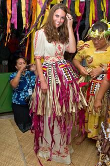 Auf Tuvalu mischt sich Kate unter die Hula-Tänzer und fällt in ihrer traditionellen Tracht kaum auf.