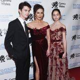 12 Jahre später wachsen der Schauspielerin ihre Kinder schon fast über den Kopf. Zumindest Dylan, der hier 18 Jahre alt ist, hatCatherine bereits eingeholt. Aber auch Carys ist mit ihren 15 Jahren schon fast so groß wie die berühmte Mutter.
