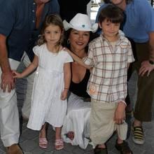 In 2007 muss sich Catherine Zeta-Jones noch zu ihren zwei Kindern, Carys und Dylan Douglas, knien, um mit ihnen für ein Foto auf Augenhöhe zu sein.
