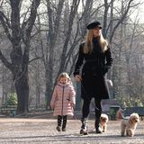 16. Februar 2019  Zusammen mit ihren zwei jüngsten Töchtern, Celeste und Sole, und ihren zwei Hündchen spaziert Michelle Hunziker durch den Mailänder Park.