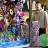 12. Februar 2019  Im Luna-Park in Mailand hat Michelle Hunziker viel Spaß mit ihren Töchtern, die in rosa Daunenmänteln bestens zu den bunten Spielbunden passen. Einen Stop legen sie beim Entenangeln ein.