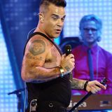 Im Jahr 2015 rockt Robbie Williamsdie Bühne im australischen Perth. Im hautengen Tanktop ist die damalige Figur des Sängers gut zu erkennen und es zeichnet sich ein kleines Bäuchlein ab. Doch so sieht der 45-Jährige nun nicht mehr aus ...