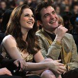 """Kristen Stewart + Robert Pattinson  In der """"Twilight""""-Saga sind sie bis(s) in alle Ewigkeit ein Paar. Im wahren Leben übersteht die Beziehung von Kristen und Robert hingegen nur die vier Vampir-Filme, die von 2008 bis 2012 gedreht und gehypt werden."""