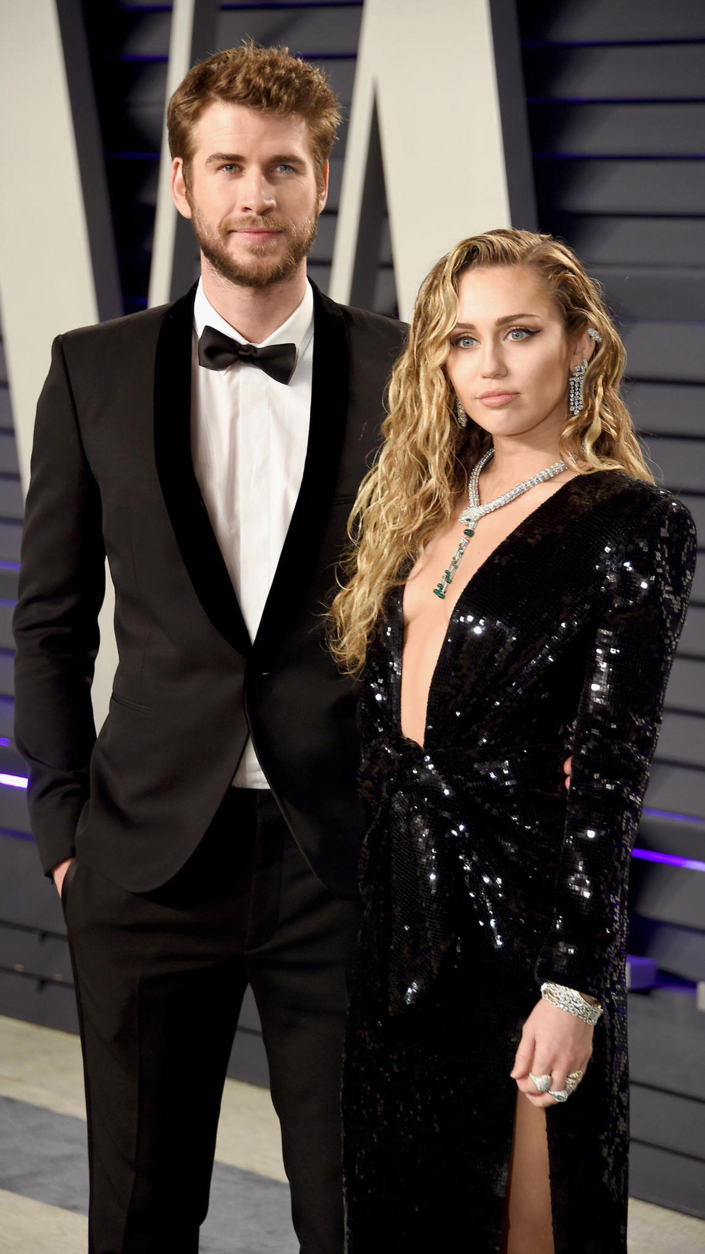 """Liam Hemsworth + Miley Cyrus  Als sie für """"Mit dir an meiner Seite"""" vor der Kamera stehen, verlieben sich Liam und Miley ineinander und geben 2009 ihre Beziehung bekannt. Danach folgen einige Ups and Downs - darunter auch eine Trennung. Amabsoluten Höhepunkt kommen sie im Dezember 2018 an. In einer familiären Zeremonie geben sie sich das Jawort."""