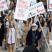 Die Kritik lässt Karl Lagerfeld jedoch kalt. Schließlich ist nicht nur Supermodel Gisele Bündchen lautstark mit dabei, sondern daneben auch Toni Garrn und die damals noch nicht ganz so bekannte Gigi Hadid.