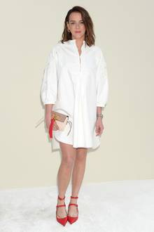 Ganz unschuldig, komplett in Weiß, kommt Pauline Ducruet zu der Fashionshow von Valentino in Paris. Einzig und allein die Accessoires stechen ins Auge. Das sind wir von der jungen Monegassin ganz anders gewöhnt.