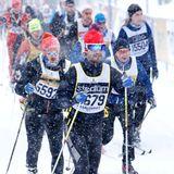 """3. März 2019  Der Prinz trotzt Wind und Wetter: Carl Philip nimmt am Skilanglaufwettbewerb """"Wasalauf""""teil. An der Zielgeraden wartet seine süße Familie ..."""