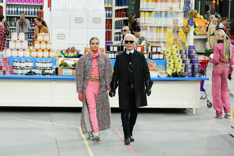 Das Leben ist ein Supermarkt! Im März 2014 gingen die Chanel-Models einkaufen, darunter natürlich auch Cara Delevingne als Lagerfeld-Muse.
