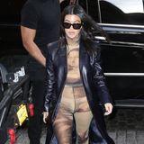 Bei diesem Outfit dürfte der Mona Lisa das Lächeln vergehen: Die sonst eigentlich stilsichere Kourtney Kardashian trägt einenAnzug, auf dem vorne ihr Bild prangt. Darüber trägt sie einen langen, schwarzen Ledermantel, der leider nicht von diesem hautengen, durchsichtigen Fauxpas ablenken kann.