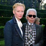 Chanel-Fan Tilda Swinton hat sich die Freiluft-Show im Schlosspark nicht entgehen lassen.