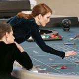 Julianne Moore und Kristen Stewart spielen während der Show fleißig Roulette.