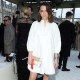 Pauline Ducruet zeigt sich in einem kurzen, weißen Kleid und roten Schühchen bei Valentino. In der Hand hält sie eine Clutch mit rotem Lederbommel.