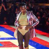 """Grace Jones sorgt für gute Stimmung auf dem Catwalk der """"TommyxZendaya""""-Show von Tommy Hilfiger."""