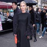 Ganz in Schwarz und nicht aus Zucker: Nicky Hilton-Rothschild posiert vor der Show von Valentino für die Fotografen.