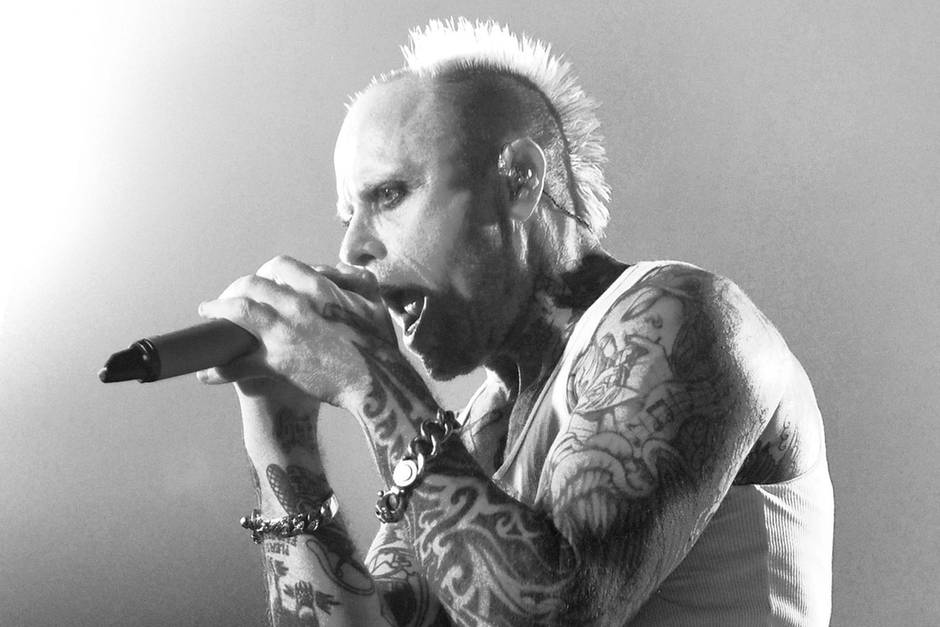 """4. März 2019: Keith Flint (49 Jahre)  Als Frontmann der Band The Prodigyprägte Keith Flint mit """"Out of Space"""" oder """"Firestarter""""eine ganze Generation. Der Sänger ist in seinem Haus in Dunmow, Essex, tot aufgefunden worden. Sein geschockter Band-Kollege Liam Howlett spricht in einem Instagram-Post von Selbstmord."""