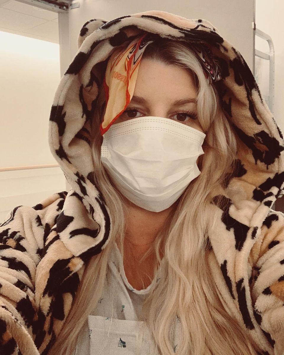 Die schwangere Jessica Simpson hat es nicht leicht: Es ist die mittlerweile vierte Bronchitis in zwei Monaten, die sie in das Krankenhaus zwingt. Nach dem Ultraschall kommt die Erleichterung: Ihrem heranwachsenden Baby geht es prächtig. Die Sängerin freut sichnun endlich wieder zu Hause sein.