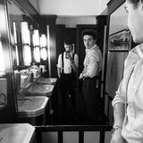 4. März 2019  Brooklyns Bruder Romeo mag seine Glückwünsche lieber etwas lässiger, ein Spiegel-Selfie der beiden Styler in Schwarz-Weiß.