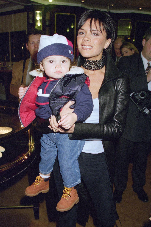 """4. März 2019  Kaum zu glauben, dass dieser kleine Knirps heute schon 20 Jahre alt wird. Das damalige """"Spice-Girl"""" Victoria Beckham trug ihren Erstgeborenen Brooklyn voller Stolz auf dem Arm. Das geht heute zwar nicht mehr, aber..."""