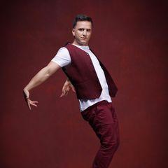 """Özcan Cosar  Was viele nicht wissen: Der in Stuttgart geborene Comedian hat eine Ausbildung zum Fitnesslehrer absolviert undim Alter von 12 Jahren seine Leidenschaft für das Breakdance entdeckt. Umso mehr sind wir auf seine Performancesbei """"Let's Dance"""" gespannt."""