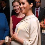 Meghan wird in derResidenz des britischen Botschafters inRabat empfangen. Ihre Hand ruht auf ihrem Babybauch.