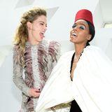 Amber Heard und Janelle Monae ziehenfür die Fotografen beiGiambattista Valli selbst eine kleine Show ab.