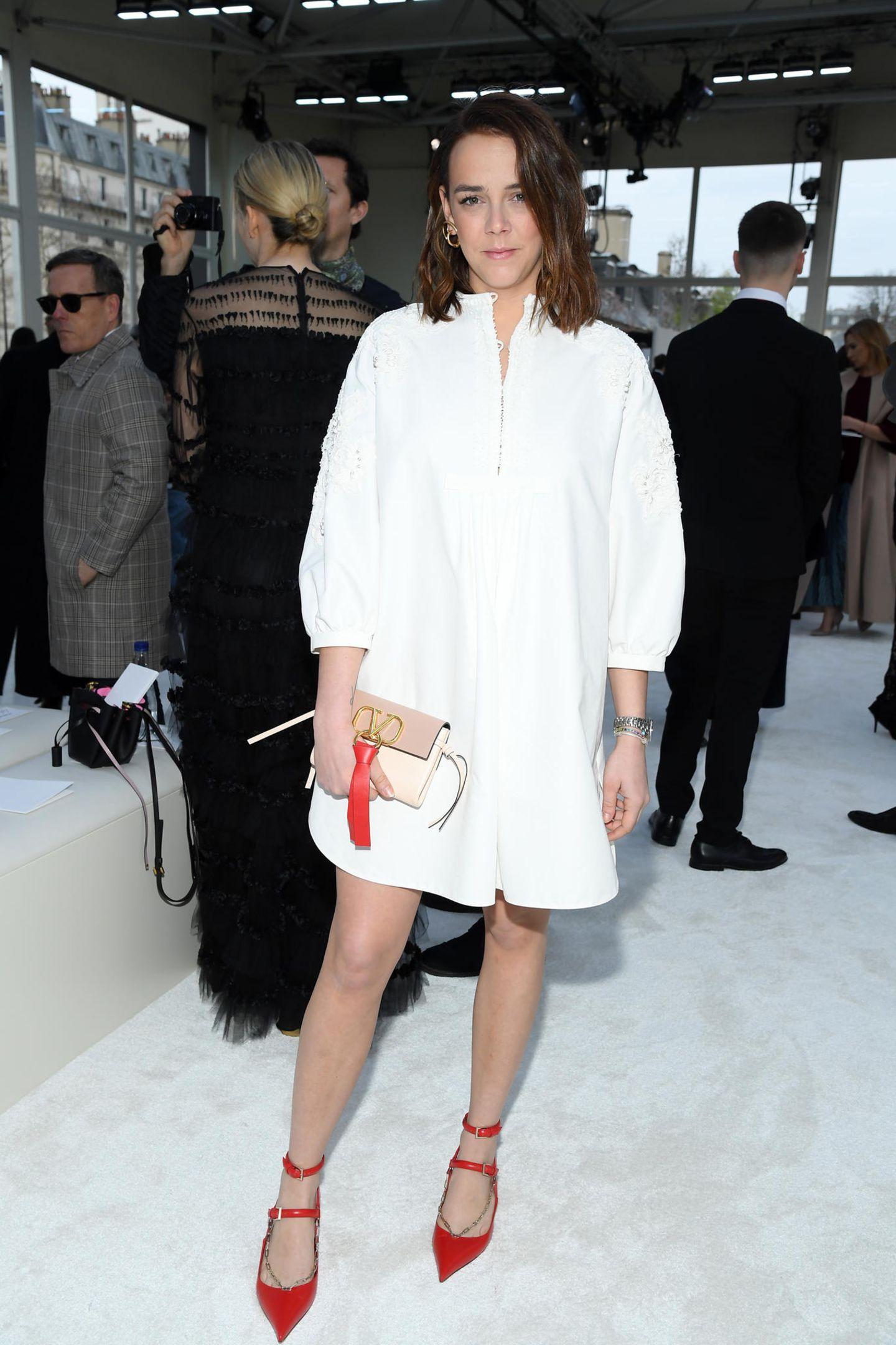 Pauline Ducruet, die Tochter von Prinzessin Stéphanie, posiertwährend der Pariser Fashion Week in einem knappen Blusenkleid von Valentino. In der Hand hält sie eine Clutch mit V-Ring-Logo und knallrotem Bommel. Ob sie das It-Piece bei einer royalen Kollegin gesehenhat?