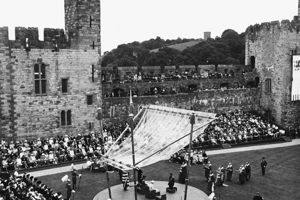 """4.000 Menschen hatten sich am 1. Juli 1969 versammelt, um Charles bei der """"Krönung"""" zum """"Prinz of Wales"""" zuzusehen"""
