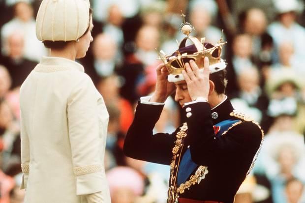 Sitzt, wackelt und hat Luft: Prinz Charles rückt sich die Krone zurecht