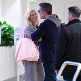 Lindsay Shookus und Ben Affleck feiern nämlich Liebes-Comeback und können am Flughafen gar nicht die Finger voneinander lassen. Besonders süßes Detail: Lindsay trägt einen rosafarbenen Beutel mit Kussmündern.