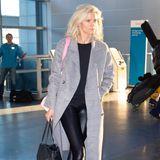 Gemeinsam mit Ben Affleck kommt Lindsay Shookus am Flughafen in New York an. Sie trägt eine Lederleggings in Kombination mit Sneakern, einem Pullover und einem grauen Mantel. Ein perfekter Travel-Look, der dennoch sexy wirkt. Das findet auch Ben Affleck ...