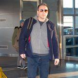 Bei seiner Ankunft am Flughafen in New York zeigt sich Ben Affleck in einem entspannten Look - er reist eben gerne komfortabel. Zur Jeans trägt er ein T-Shirt, einen Kapuzenpullover und ein gemütliches Sakko. Sneaker und Sonnenbrille runden seinen Look ab. Doch der Schauspieler wurde nicht alleine am Flughafen gesichtet ...