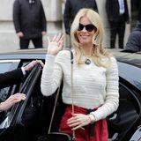 Nicht in Schwarz, sondern in Weiß und Rot zeigt sich Lagerfeld-Muse Claudia Schiffer bei der Chanel-Show.