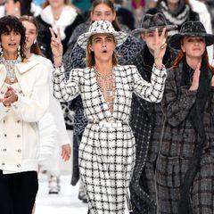 Freude und Trauer vereint: Cara Delevingne führt das finale und hochemotionale Chanel-Defilee an.