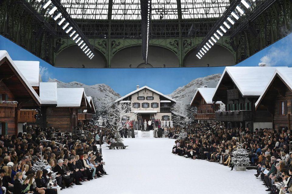 Der verstorbene Chanel-Designer Karl Lagerfeld entführt seine Gäste ein letztes Mal in seine Fantasiewelt: Die sonnige Alpenidylle im Schnee ist die perfekte Kulisse für die Prêt-à-porter-Kollektion für kommenden Herbst und Winter.