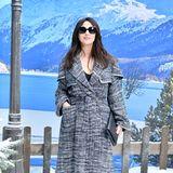 Monica Bellucci lächelt zwar, auf die dunkle Sonnenbrille verzichtet sie dennoch nicht.